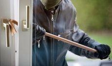 Как недорого и надежно защитить окна от взлома на даче? Что выбрать решетки, роллеты или ставни?